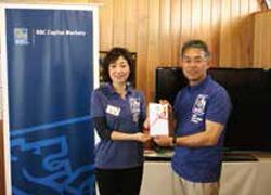 RBCジャパン遠藤代表(左)より櫻井組合理事(右)へ寄付金を贈呈