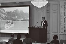 講演を行うマルシアル・パジェ首席公使。美しい写真とともにカナダの魅力が語られた