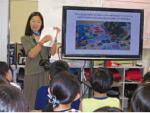 キルト応援メッセージを紹介するオオハマ氏:折立小学校