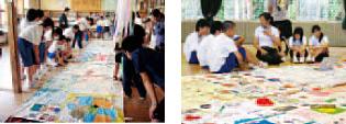 キルトメッセージに見入る子どもたち、大須中学校:右、閖上中学校:左